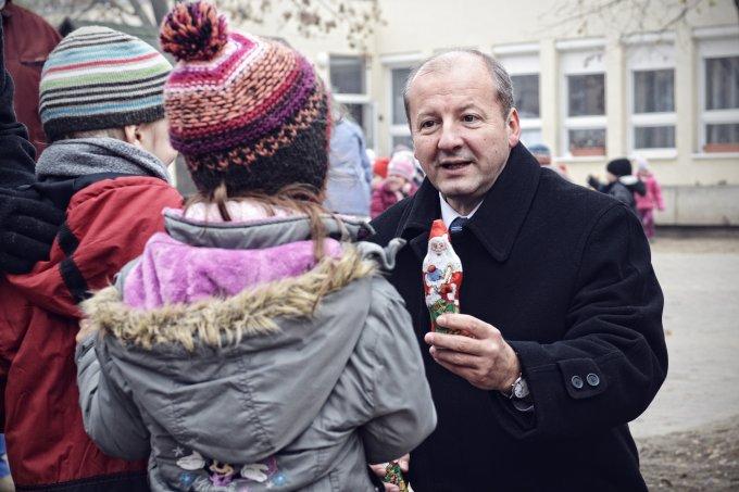 Simicskó István mikulást ajándékoz