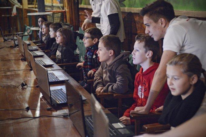gyerekek laptop előtt
