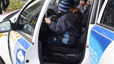 gyerekek rendőrautóban