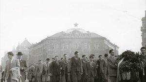 A műegyetemisták 1956. október 23-i felvonulásának képét Précsényi Árpád, az egykori rektori hivatali munkatárs készítette és családja bocsátott az egyetem rendelkezésére.