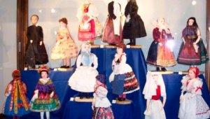 Babakiállítás mutatja be a népviselet legszebbjeit
